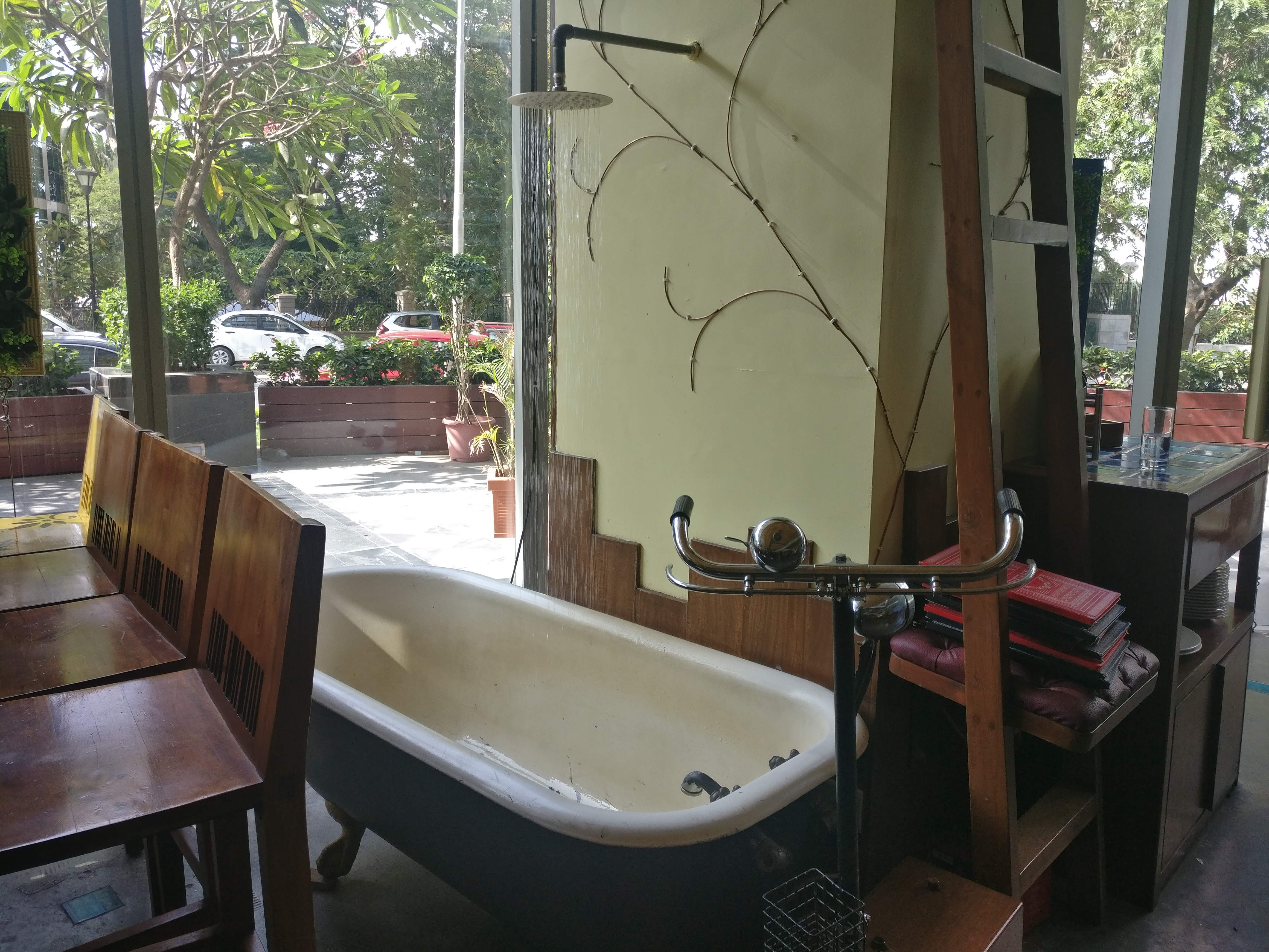 Phone Booth, Bathtub & Yummy Food- This Restaurant Is Every Instagramer's Paradise